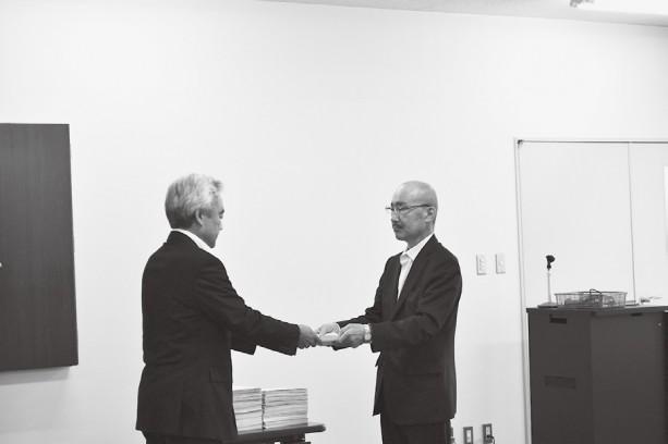 庭山山形労働局長に要請書と署名用紙を手交する岡田連合山形会長