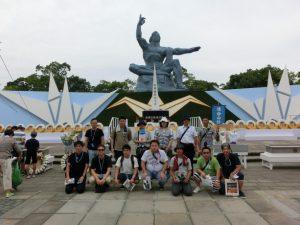 平和祈念像の前